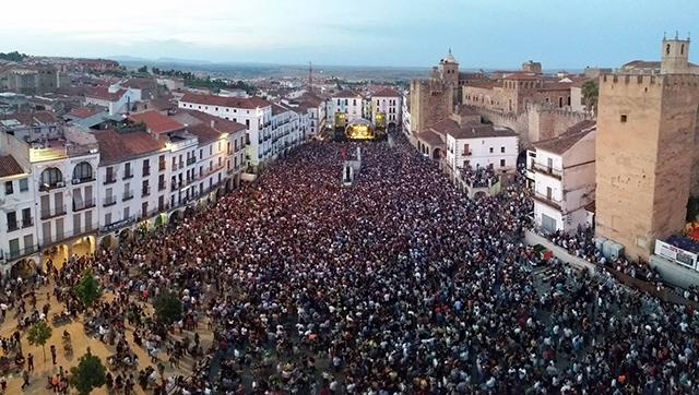 PLAZA MAYOR DE CACERES DURANTE EL WOMAD DE 2015