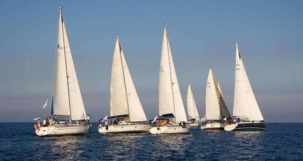 Eine Segelregatta an der Küste für incentivereisen in Spanien